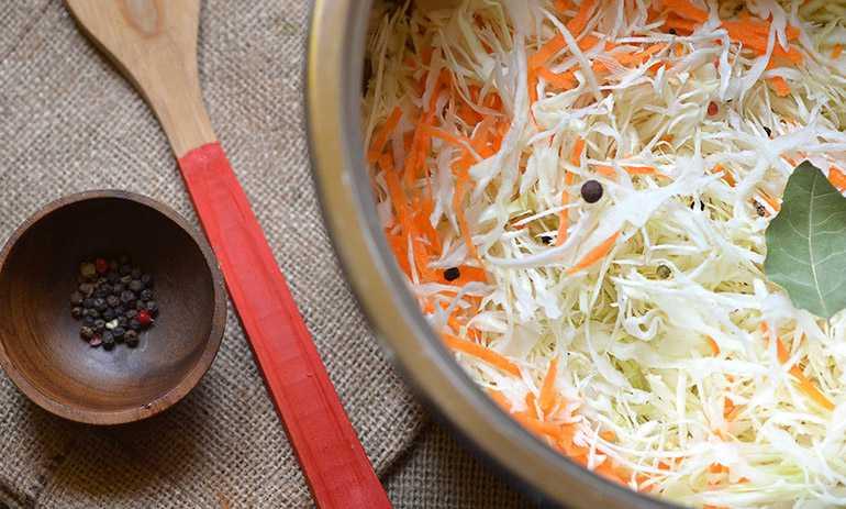 Капуста маринованная горячим способом: быстрый рецепт с уксусом и чесноком