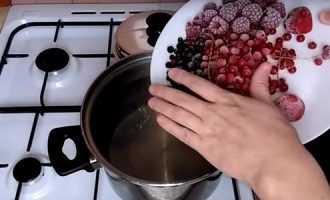 Компот из замороженных ягод - рецепт, как и сколько варить в мультиварке, полезен ли