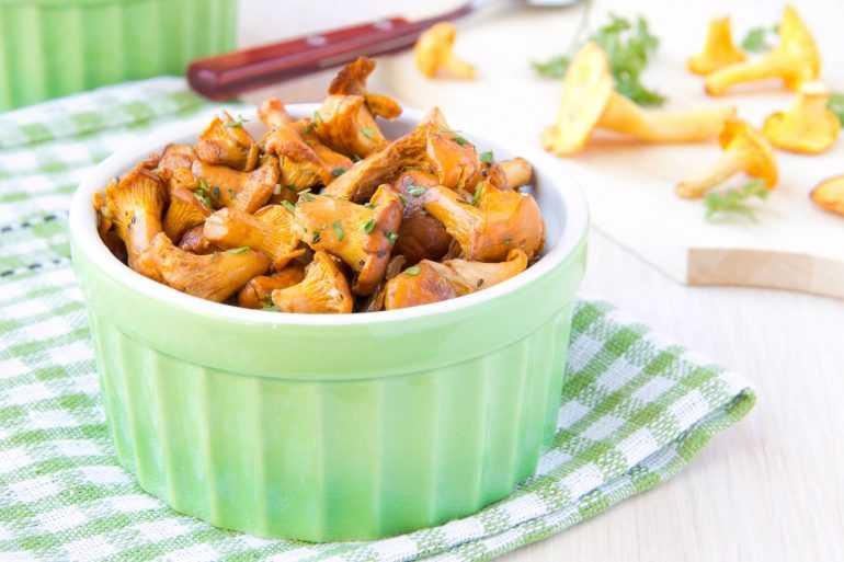 сколько жарить грибы на сковороде без варки
